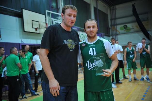 V karieri je Marinović igral za Borac Čačak, FMP, Girono, Menorco, Crveno zvezdo, Valencio, ALBO, Krasnie Krylyo, Jenisej, Levski in Radnički.